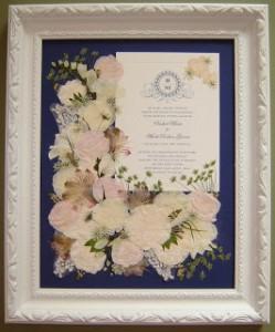 (6)招待状と一緒に押し花で額装
