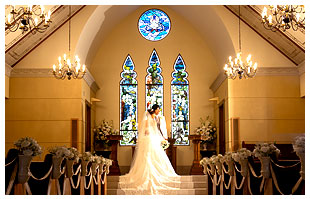 伝統的ヨーロッパの教会で誓う愛 写真